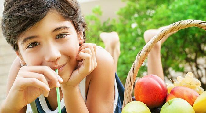 Niño tomándose un jugo de frutas