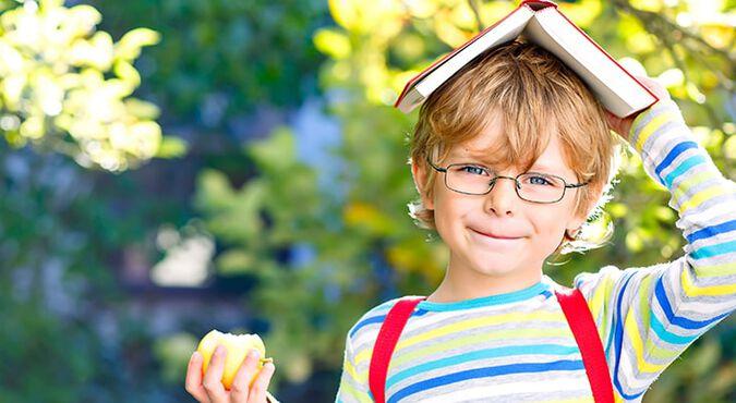 Niño comiéndose una manzana