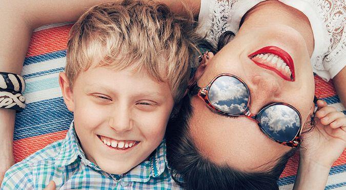 Madre e hijo liberando estrés